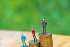 Миниатюрные люди, малые диаграммы бизнесмены и женщина na górze Стоковая Фотография RF