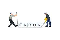 Миниатюрные люди Ошибка слова кубов Миниатюрные работники вычисляет человека стоковые фото