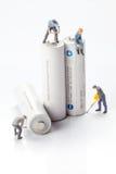 Миниатюрные люди - работники двигая и рециркулируют батареи Стоковая Фотография RF