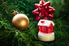 Миниатюрный дом на рождестве украсил предпосылку дерева стоковые изображения rf