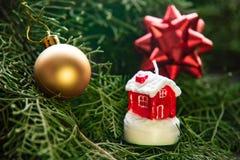 Миниатюрный дом на рождестве украсил предпосылку дерева стоковое изображение rf