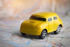 Миниатюрный или небольшой желтый автомобиль с GPS на карте города Бангкока, концепцией для перемещения вокруг направления к назна стоковое фото rf