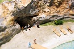 Миниатюрный мир: люди в различных ситуациях принимая праздник на пляж Образ жизни лета, каникулы и концепция туризма Стоковые Фото