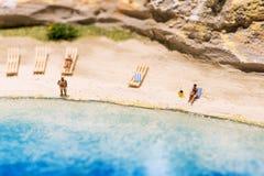 Миниатюрный мир: люди в различных ситуациях принимая праздник на пляж Образ жизни лета, каникулы и концепция туризма Стоковые Изображения RF
