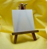 Миниатюрный мольберт с пустой карточкой стоковая фотография rf