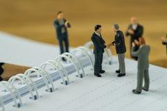 Миниатюрный handshaking и другие бизнесменов людей хлопая дальше Стоковое фото RF