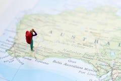 Миниатюрный hiker на карте Стоковое фото RF