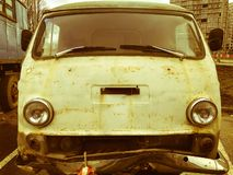 Минибус автомобиля круга металла старого ретро винтажного хипстера ржавый окисленный для хиппи от 60's, 70s, 80s, 90s, 2000s стоковое изображение