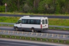 Минибус идет на шоссе страны стоковая фотография rf