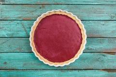 Минималистский десерт Круглый пирог lingonberry на затрапезной деревянной сини Стоковое Изображение