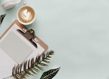 Минималистский образ жизни для вебсайта, маркетинга, социальных средств массовой информации с кофе стоковые изображения rf