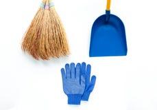 Минималистский состав чистки на белой предпосылке Перчатки, веник и ветроуловитель ткани Плоское положение стоковая фотография