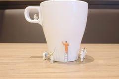 минимальная ясность работника кружка питья стоковая фотография rf