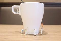 минимальная ясность работника кружка питья стоковое изображение