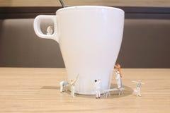 минимальная ясность работника кружка питья стоковое изображение rf