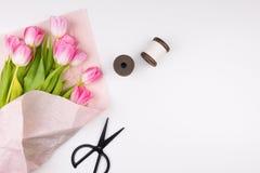 Минимальное введенное в моду плоское положение с розовыми тюльпанами цветет с лепестками внутри Стоковые Изображения