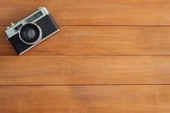 Минимальное место для работы - творческая квартира кладет фото стола места для работы Деревянный стол стола офиса с старой камеро Стоковые Изображения
