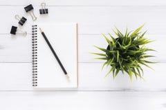 Минимальное место для работы - творческая квартира кладет фото стола места для работы Предпосылка стола офиса с тетрадями и ручка Стоковое Изображение
