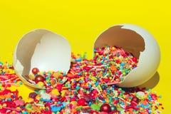 Минимальный дизайн искусства Десерты, праздники, концепция дня рождения Сломленные яйца и красочные конфеты стоковая фотография