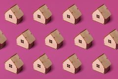Минимальный дизайн с миниатюрным деревянным домом игрушки E стоковые фотографии rf