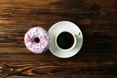 Минимальный состав в живых цветах с яркими donuts поливы стоковое изображение