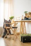 Минималистский деревянный стол и стул стоковое изображение