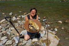Минирование золотого самородка от реки Стоковые Изображения RF