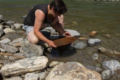Минирование золотого самородка от реки Стоковое Изображение