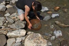 Минирование золотого самородка от реки Стоковое фото RF