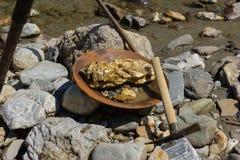 Минирование золотого самородка от реки Стоковое Фото