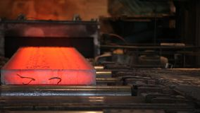 Минирование и вковка металла Большие стальные работы Свернутая фабрика металла сток-видео