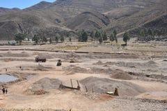 Минирование камня на дне высушенного-вверх реки горы в Altiplano Стоковые Изображения
