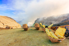 Минирование на вулкане Ijen, Индонезия серы стоковые фото