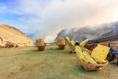 Минирование на вулкане Ijen, Индонезия серы стоковая фотография rf