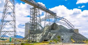 Минирование платины и обрабатывать руды, куч руды трясут быть двинутым и сохраненным стоковые изображения