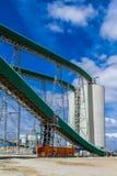 Минирование платины и обрабатывать руды, transportin конвейерной ленты стоковые фотографии rf