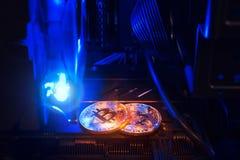 минирование Bitcoin Обрабатывать землю физическая монетка внутри компьютера Стоковое Изображение