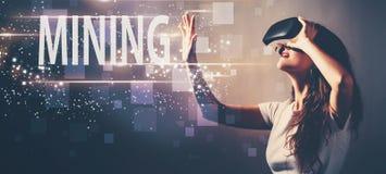 Минировать при женщина используя шлемофон виртуальной реальности стоковое изображение
