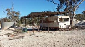 Минирующ на опалы и минируя жизнь в полях захолустья NSW опаловых, Новый Уэльс, Австралия Стоковое Фото