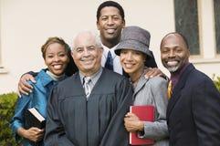 Министр с семьей в портрете сада церков Стоковая Фотография RF