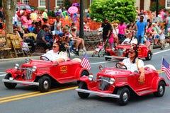 Миниые всадники автомобиля в параде стоковое изображение rf