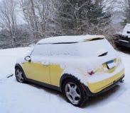 Мини автомобиля желтое предусматриванное в снеге Стоковое Изображение