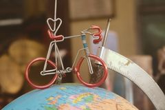 Мини велосипед на модели глобуса земли Стоковая Фотография RF