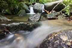 Мини водопад и пропуская река стоковое изображение rf