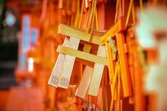 МИНИ ДЕРЕВЯННОЕ TORII НА СВЯТЫНЕ FUSHIMI INARI TAISHA, КИОТО, ЯПОНИИ Стоковое Изображение