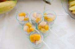 Мини десерты Поставляя еду, который служат таблица Стоковые Изображения RF