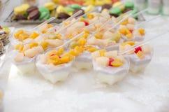 Мини десерты Поставляя еду, который служат таблица Стоковые Фотографии RF