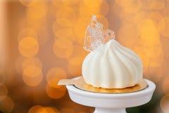 Мини десерт печенья мусса покрытый с белым велюром на предпосылке bokeh ламп гирлянды Современный европейский торт французско стоковые изображения