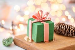 Мини десерт печенья мусса покрытый с зеленым велюром на предпосылке bokeh ламп гирлянды Современный европейский торт французско стоковая фотография rf