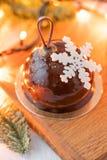 Мини десерт печенья мусса с застекленным шоколадом Bokeh ламп гирлянды на предпосылке Современный европейский торт французско стоковое фото